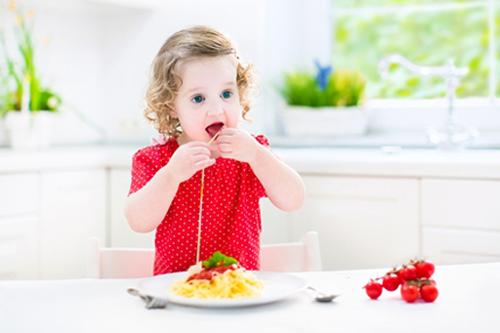 Girl-eating-spahetti